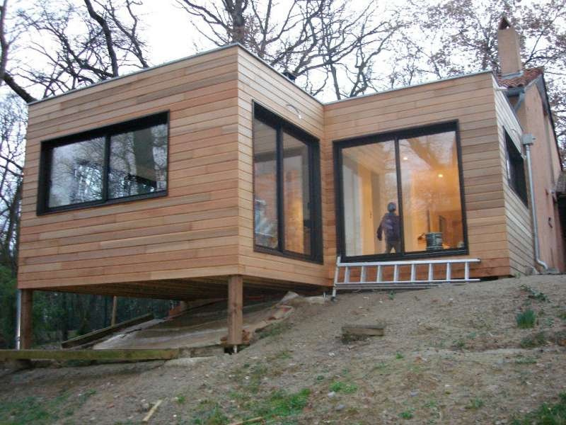 Extension bois sur un terrain en pente sarl ambiances bois concepts - Maison bois sur plots ...